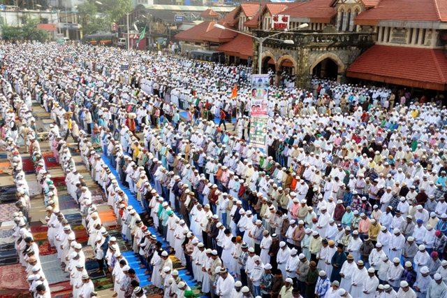 Mumbai Aug. 20 :- Muslim community people offer namaz, at Out side Bandra Station on occassion  of Ramzan Eid, in Mumbai.  ( pic by Ravindra Zende )